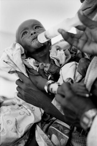 Os refugiados sudaneses sofrem todos de sub-nutrição. Os mais fracos, em particular os doentes, as crianças e os velhos, percorrem o deserto até ao Chade.. os que conseguem!